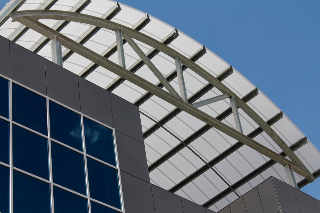 Lucernario curvo y fachada Fibro en Manzanares